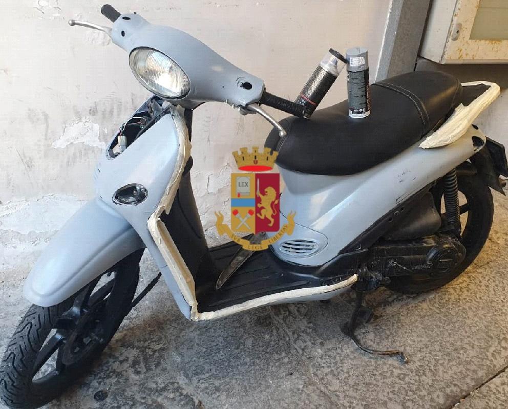 49enne arrestato dalla polizia a Napoli per ricettazione, l'uomo sorpreso mentre verniciava uno scooter rubato alcune settimane prima, il mezzo riconsegnato al proprietario