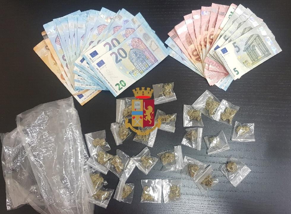Spacciatori colti in flagranza dalla polizia a Napoli, fermati. Sequestrata marijuana e denaro, l'acquirente è stato sanzionato