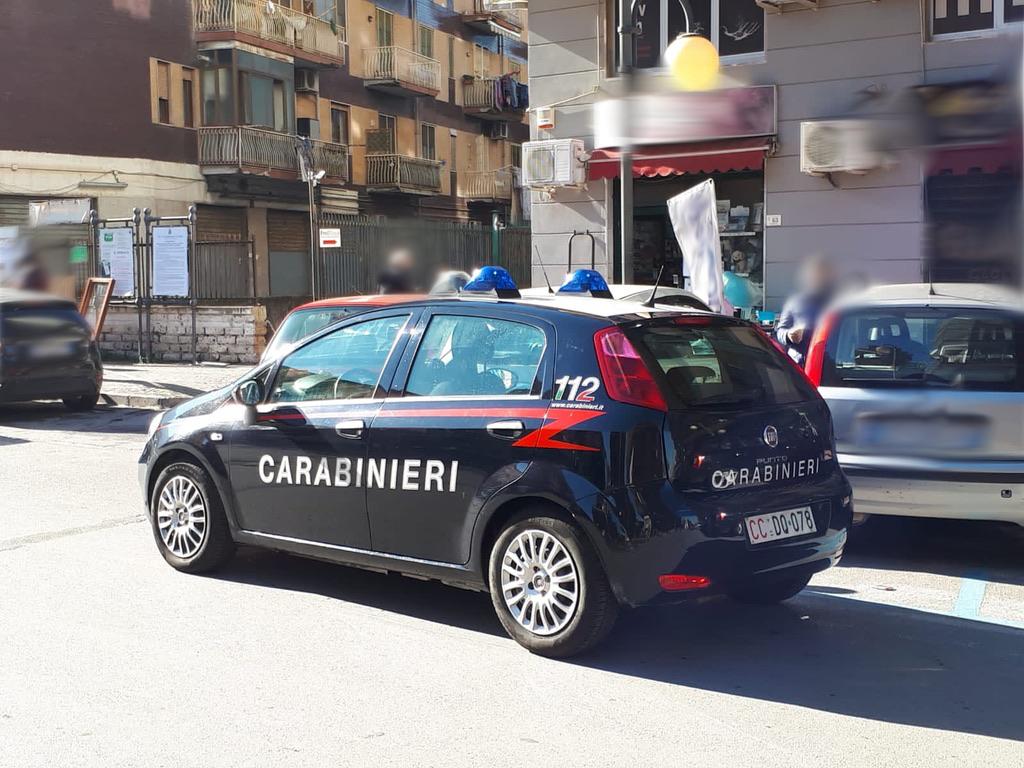 Scoperto dai carabinieri a Castellammare (Napoli) un centro scommesse che svolgeva l'attività nonostante il divieto per le misure anti Covid, locale chiuso e sanzionato un dipendente e cinque clienti