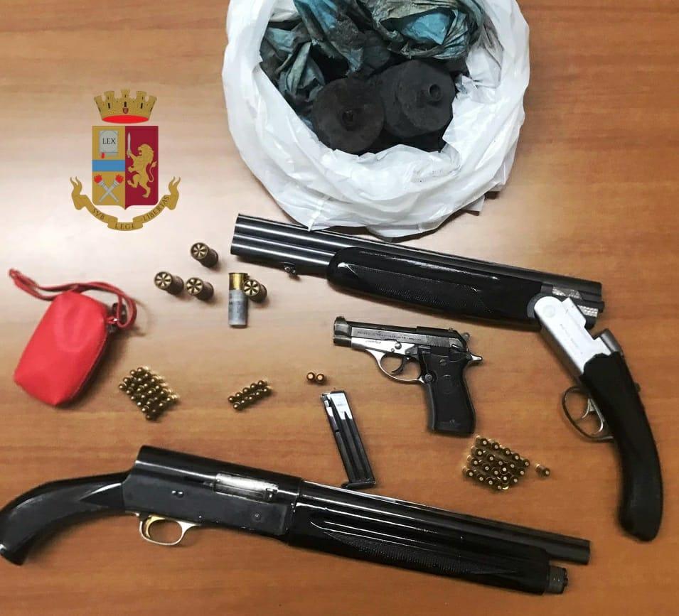 Controlli della polizia in un appartamento a Napoli, rinvenuta una pistola con caricatore e numerose cartucce, nel giardino adiacente nascosti sottoterra due fucili e 5 bombe carta, 56enne arrestato