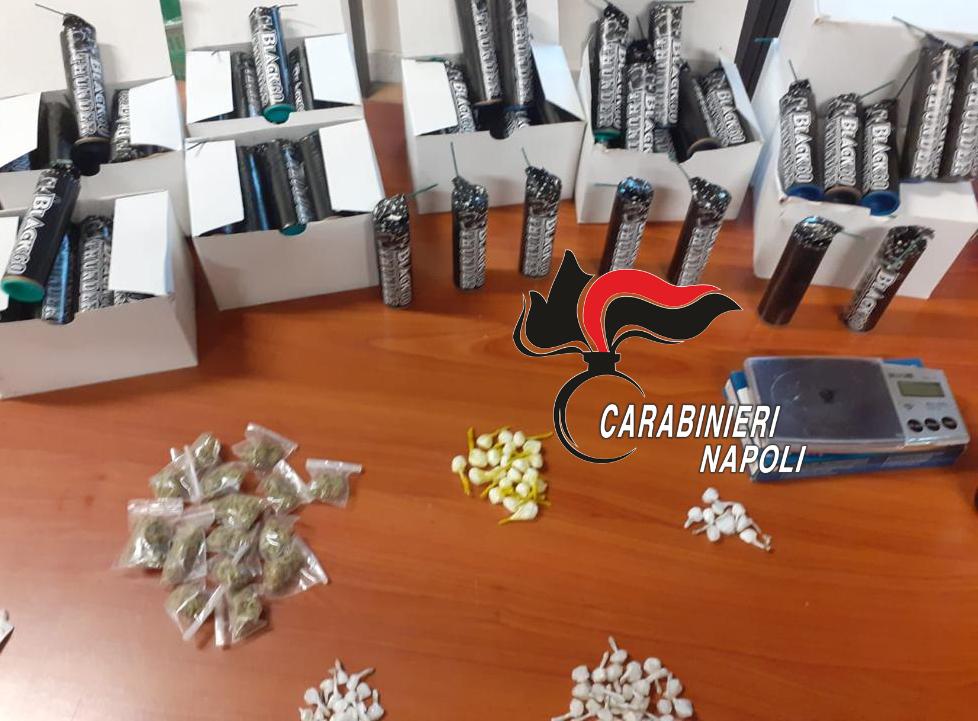 Controlli dei carabinieri nel rione Salicelle ad Afragola (Napoli), un arresto, sanzioni e sequestrati di droga, armi e 667 petardi per un peso di 3 chili e mezzo