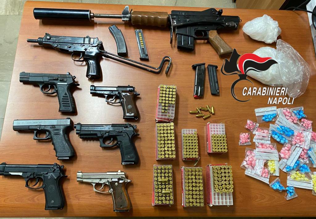 Arsenale da guerra scoperto e sequestrato dai carabinieri in uno scantinato a Brusciano (Napoli), un mitra, una carabina, 6 pistole e 350 munizioni, rinvenuta anche cocaina