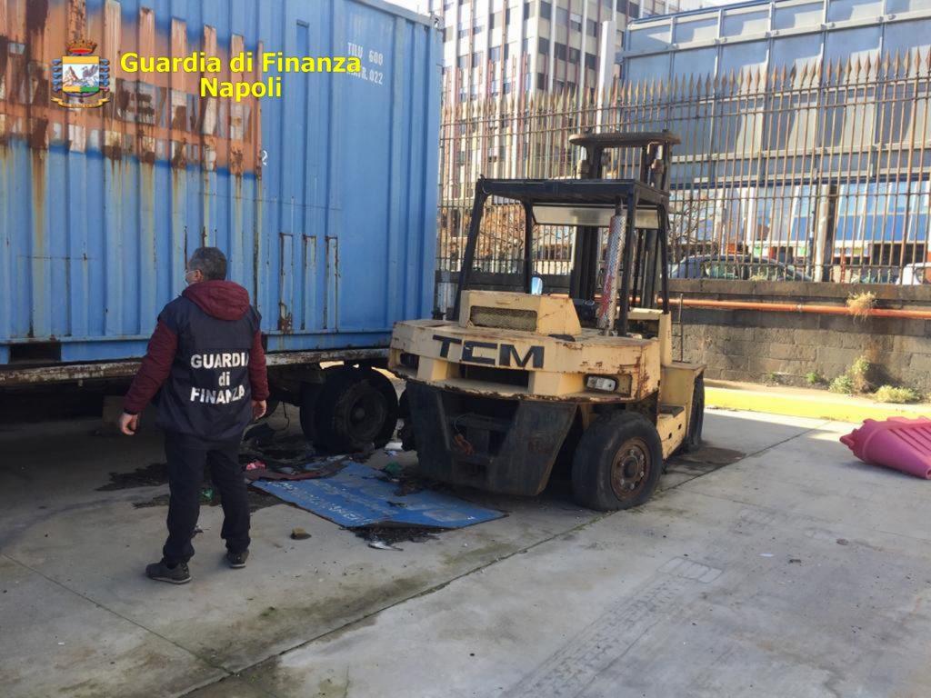"""Operazione """"Piazza pulita"""" della Guardia di finanza a Napoli, sequestrati al porto 100 tonnellate di rifiuti speciali stoccati senza autorizzazione, tre denunce"""