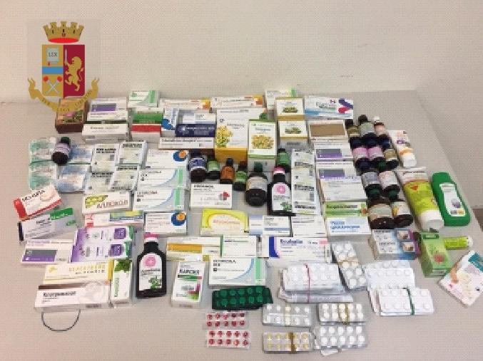 Napoli, sorpresa dalla polizia a vendere abusivamente farmaci provenienti dall'estero in strada, denunciata