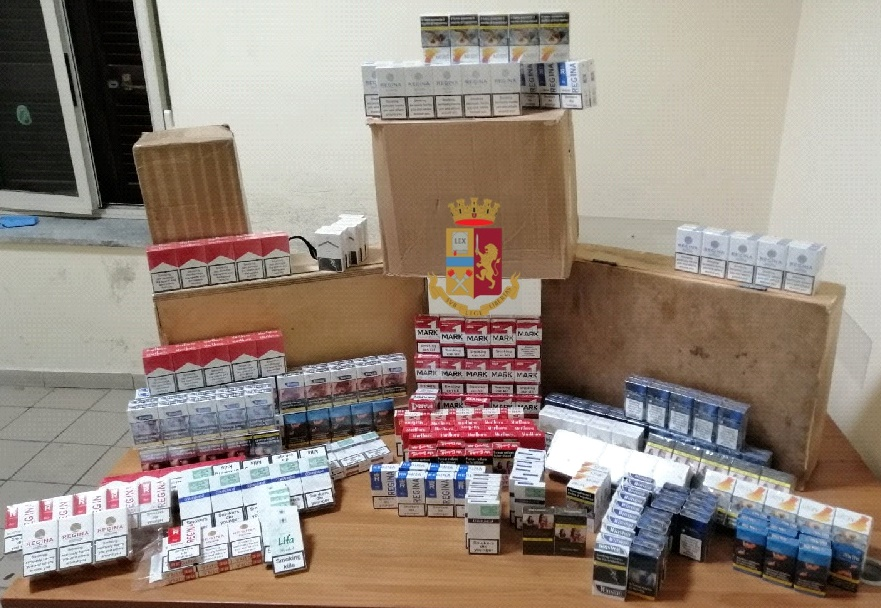 Controlli della polizia a Napoli al Rione Berlingieri: sequestrati 411 pacchetti di sigarette di contrabbando, denunciato uomo di 31 anni