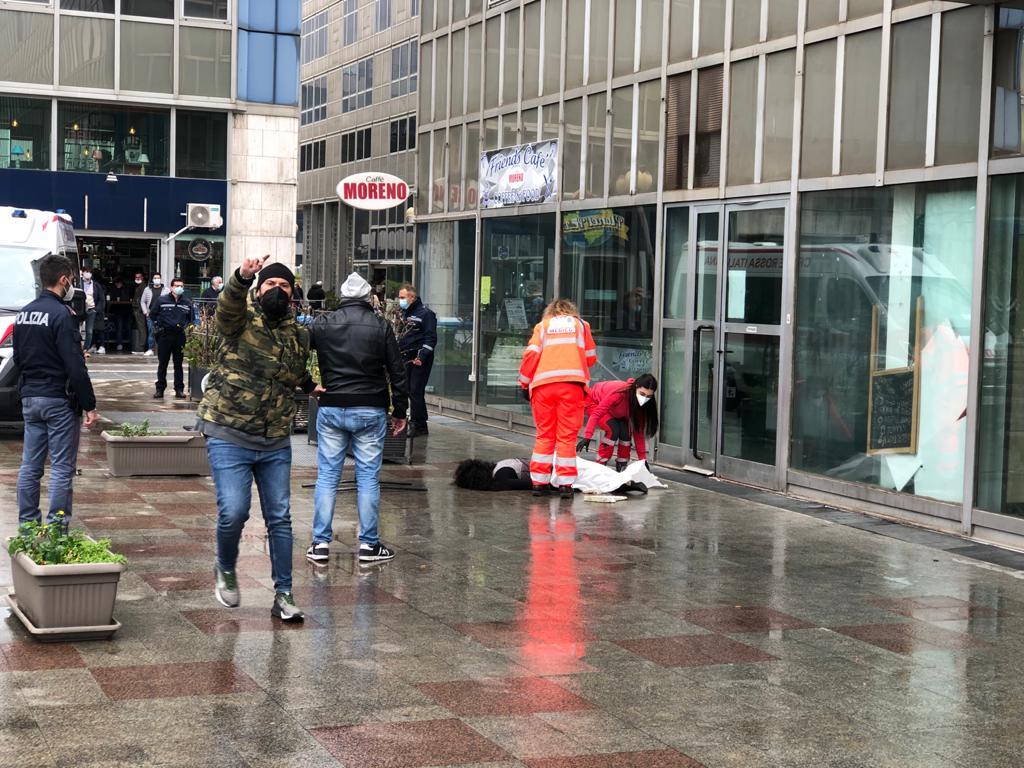 Choc al Centro Direzionale di Napoli: donna morta dopo un volo di molti metri, si indaga sulle cause del decesso. Sul posto ambulanza e polizia