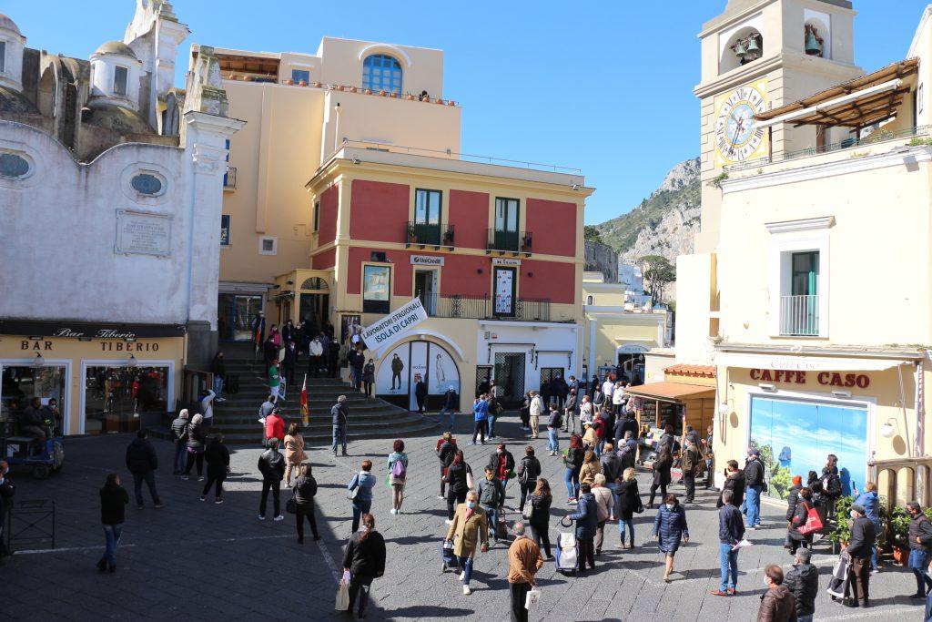 """Turismo: a Capri la protesta in 'piazzetta' degli stagionali appartenenti a tutte le categorie. """"Sicurezza sanitaria per tutti e impegno per la ripartenza"""". Il sindaco, """"entro due settimane l'isola sarà covid free con tutti i cittadini vaccinati"""""""