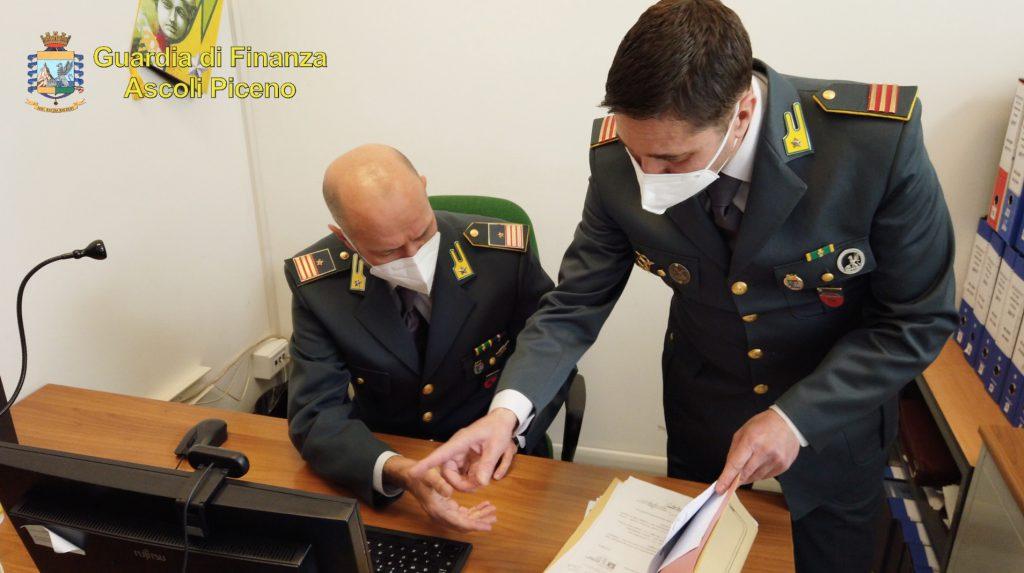 """Dichiaravano redditi da poveri e """"arrotondavano"""" con polizze false vendute online. Operazione in varie città d'Italia, tra cui Napoli. 9 persone scoperte e denunciate dalla Guardia di Finanza di Ascoli Piceno"""
