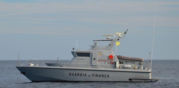 Napoli: la Guardia di Finanza ha proceduto al sequestrato di 100 tonnellate di cozze privi di ogni certificazione nella rada di Santa Lucia. I frutti di mare venduti al dettaglio potevano fruttare circa 300mila euro di guadagno illecito