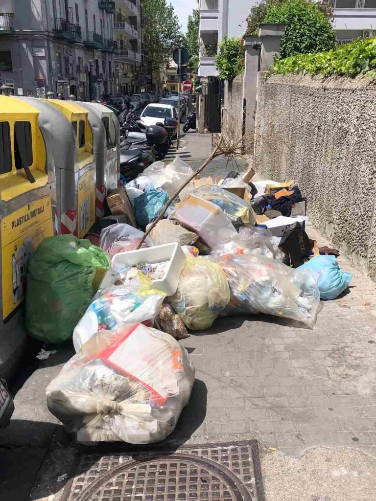 """Napoli: al Vomero in via Solimena una mini discarica a cielo aperto.  Comitato Valori collinari, """"Quartiere sempre più abbandonato e degradato"""""""