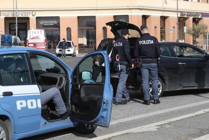 Operazione della Polizia di Stato contro un'associazione sovversiva neonazista, perquisizioni domiciliari nei confronti di 26 gli indagati alcune delle quali nelle province di Napoli, Caserta e Avellino