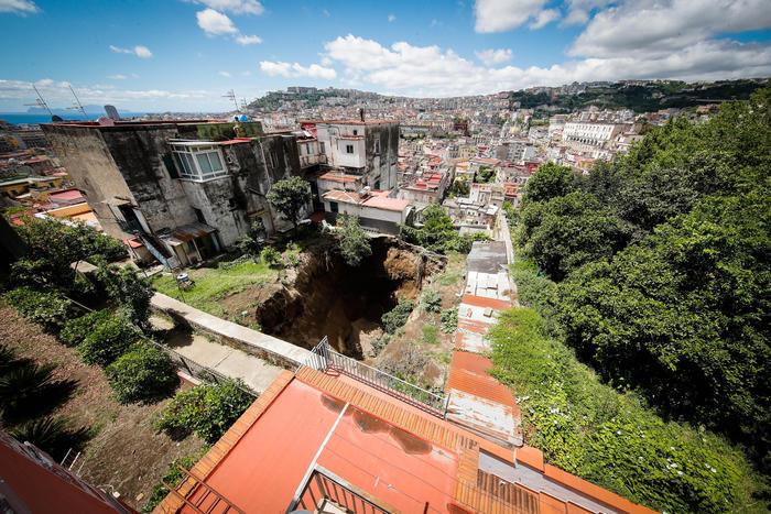Voragine nel rione Sanità: la Procura di Napoli indaga per disastro. Era in corso lo sbancamento del sottosuolo per un'autorimessa intestata a prestanome