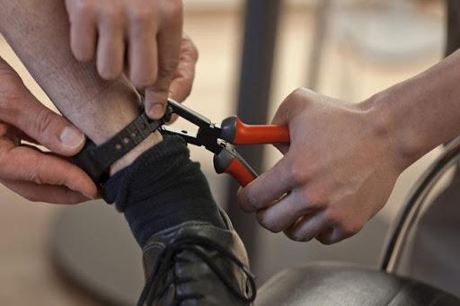 Qualiano (Napoli): 22enne sottoposto agli arresti domiciliari per spaccio di droga danneggia il braccialetto elettronico ed evade, ma viene rintracciato ed arrestato dai Carabinieri a Melito