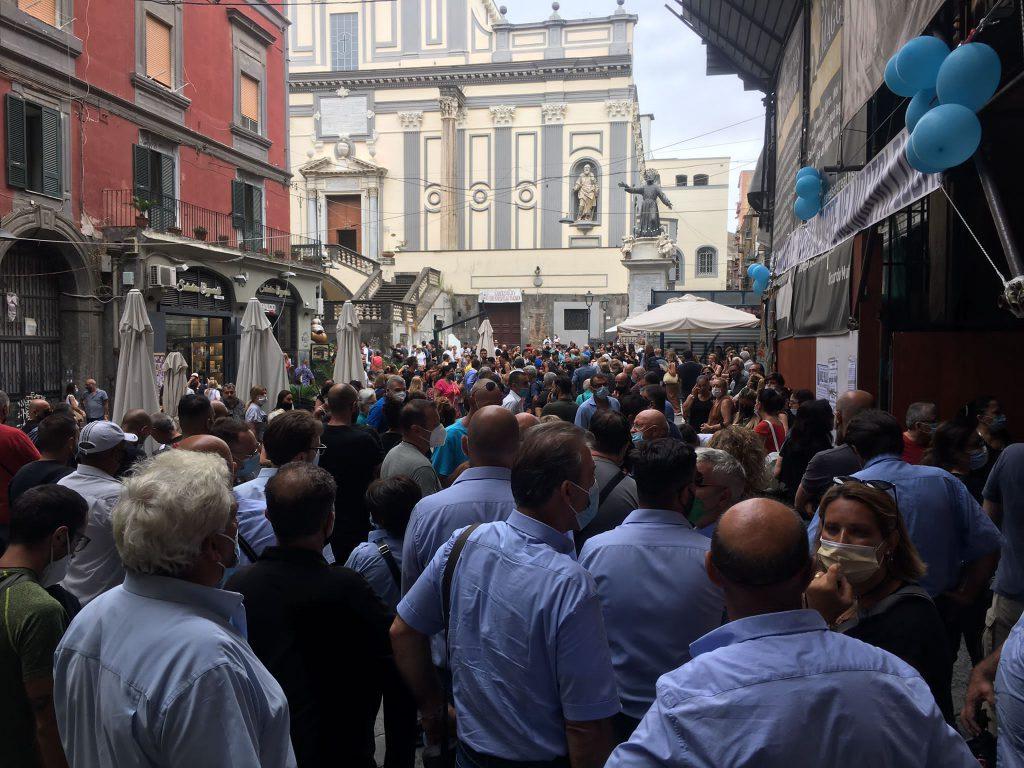 Folla e commozione ai funerali di Emanuele, l'autista dell'Atc morto nell'incidente di Capri. Palloncini, striscioni e applausi al passaggio della salma