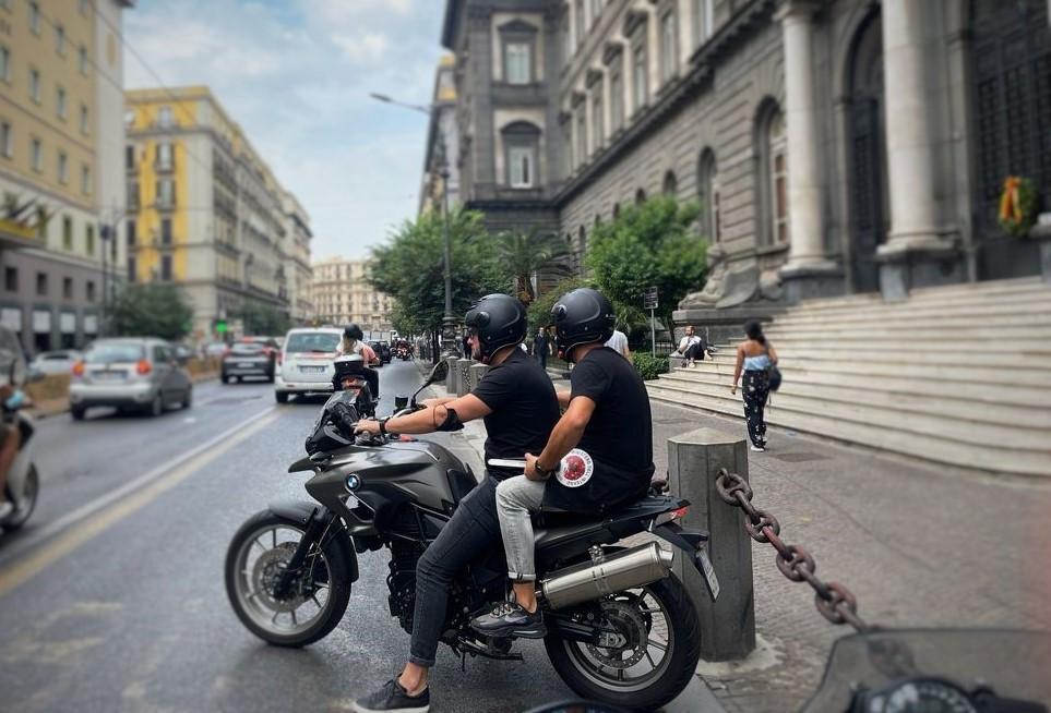 """Napoli: i """"Falchi"""" della Squadra Mobile in azione in Corso Umberto dopo uno scippo ai danni di una ragazza, arrestati due 18enni"""
